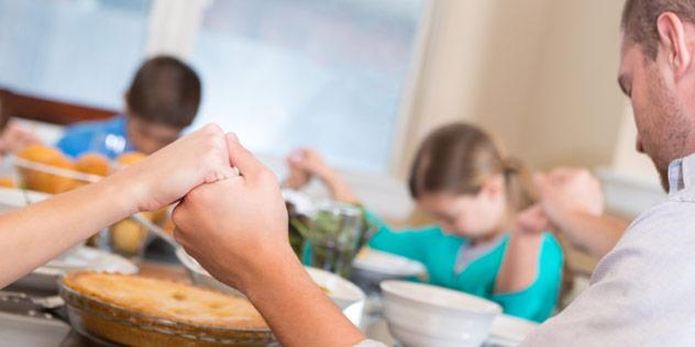 Familie beim Tischgebet,© iStockPhoto / Steve-Debenport