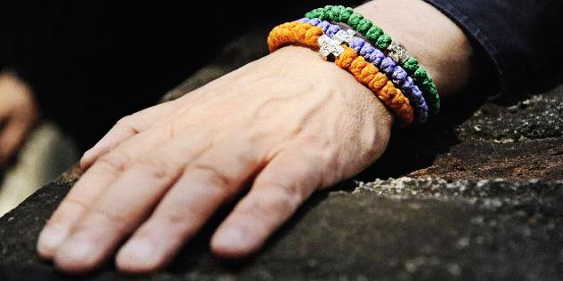 Eine Hand liegt auf einem Stein,© Spirituelles Zentrum Sankt Martin