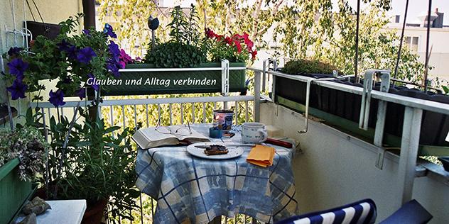 Balkon mit Bibel und Tisch,© Schnurr