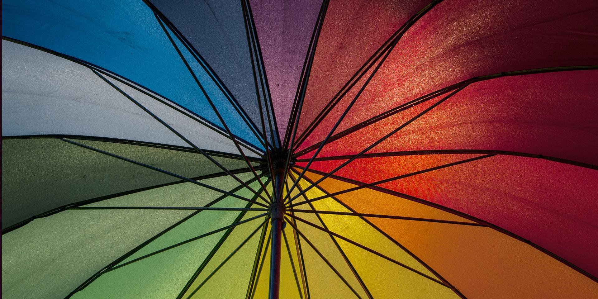 Regenschirm im Regenbogenfarben